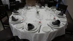 Montaje mesa para reuniones y celebraciones en El Hotel Rural el Jardín