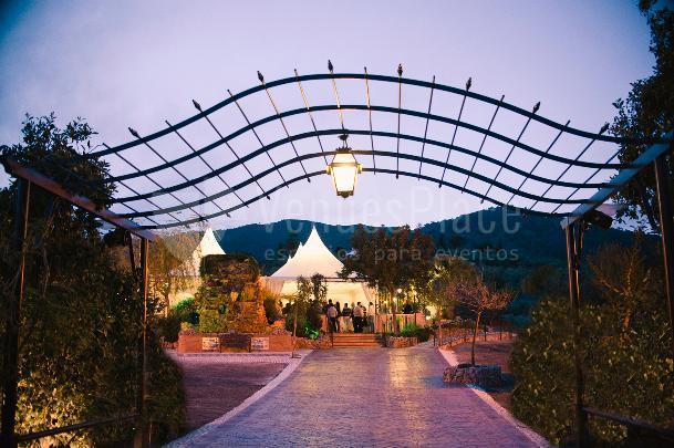 Entrada a espacios exteriores fuente de Las Calas en Hacienda Los Conejitos