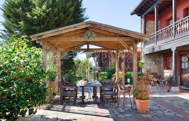Cenador frente a la casa en El Pedrueco Turismo Rural