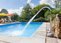 Disfruta de la bonita piscina que te ofrece El Pedrueco Turismo Rural