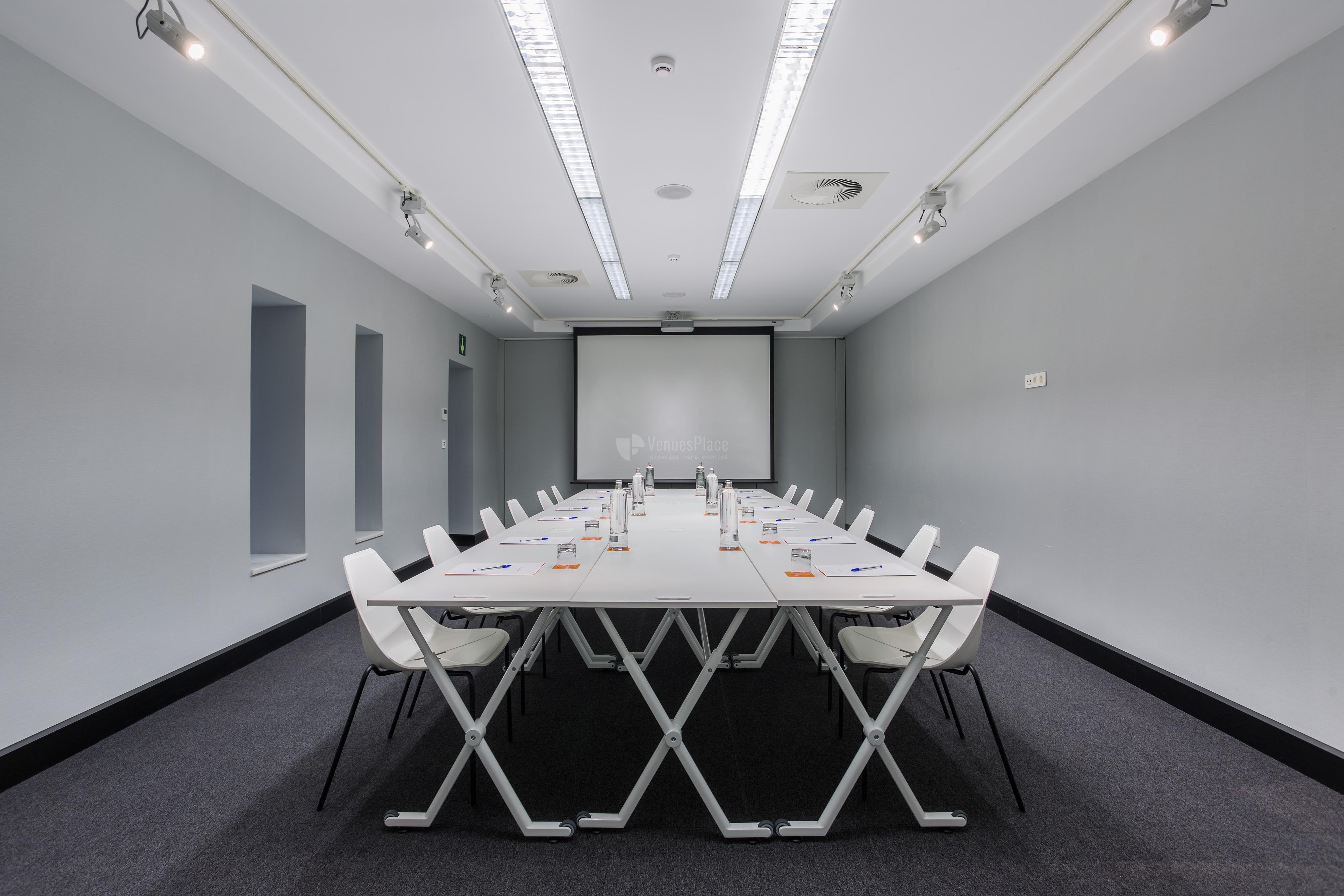 Montaje mesa imperial, eventos de empresa en Room Mate Valeria