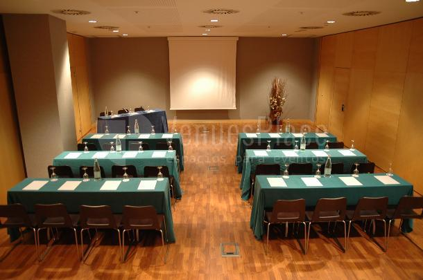 Sala mediana formato escuela en Eurohotel Gran Vía Fira