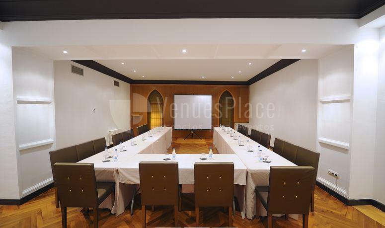 Montaje en Salón oratorio montaje en U en Hotel Pamplona Catedral