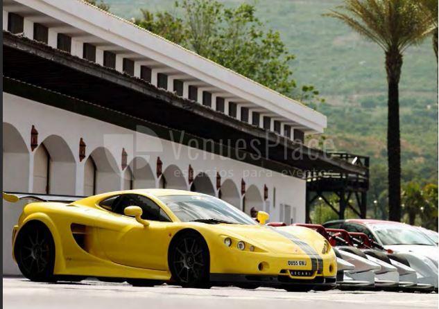 Los coches de carreras en Circuito Ascari S.L