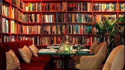 Preciosas estanterías repletas de libros en Madame Sushita